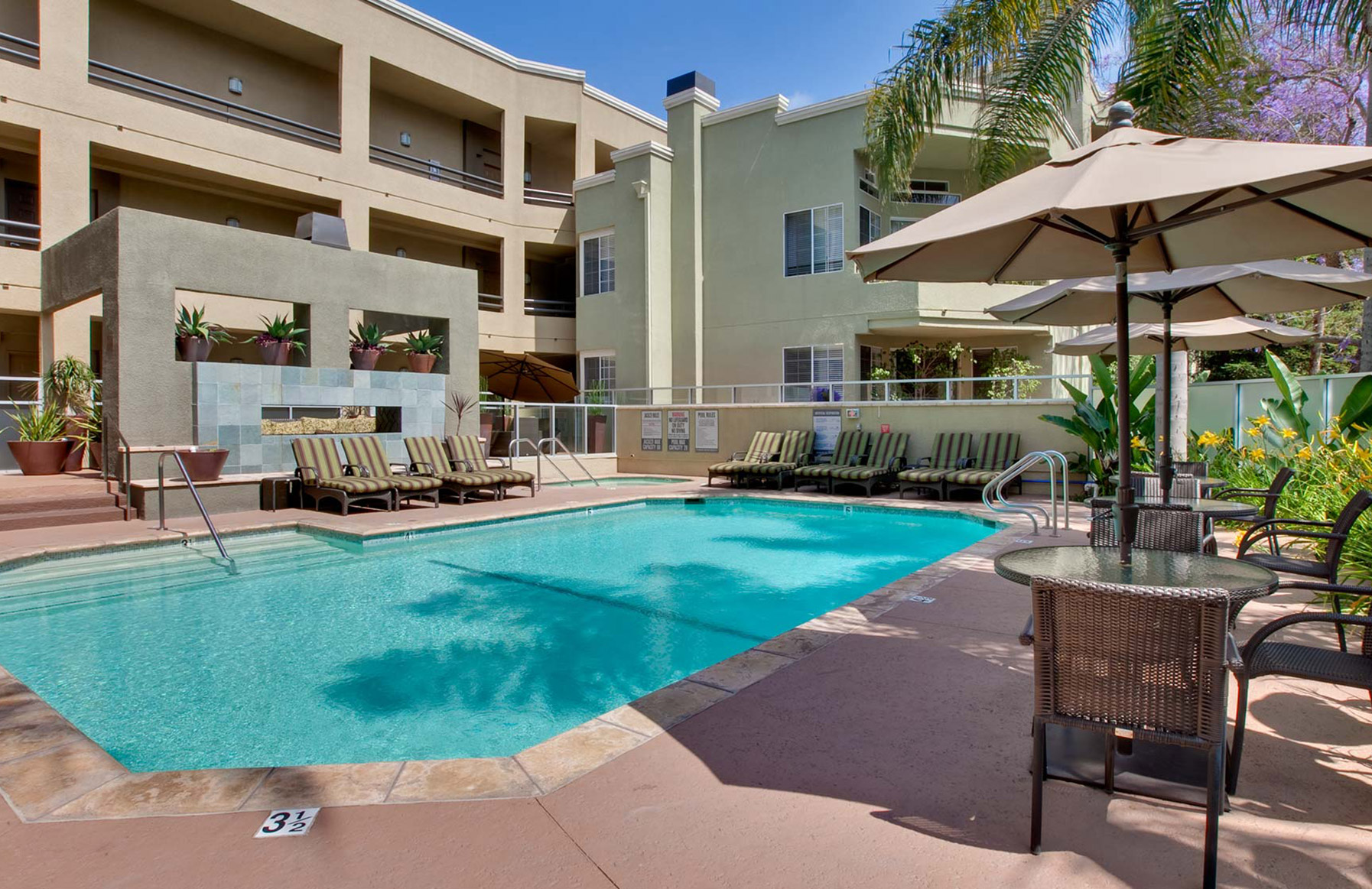 HillCreste Apartments - Los Angeles, CA - Pool Area